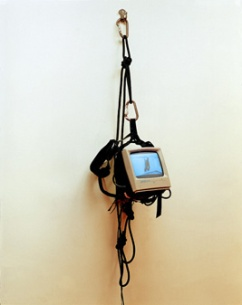 Artistas : Lucia Koch, 2001, digital video, monitor, climbing equipment, screws, 160 x 40 x 30 cm_low